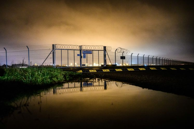 22 November 2019, Bremen: The fence of the Bremen airport in the evening hour. The Lebanese clan member Ibrahim Miri, who entered Germany illegally, may be deported. The Bremen Administrative Court rejected an urgent application by the detainee and cleared the way for Miri to be deported