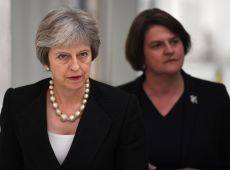 Theresa May (links) und Arlene Foster (rechts)
