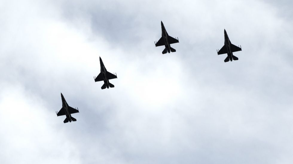Vier US Luftwaffen der US Air Force fliegen am Horizont