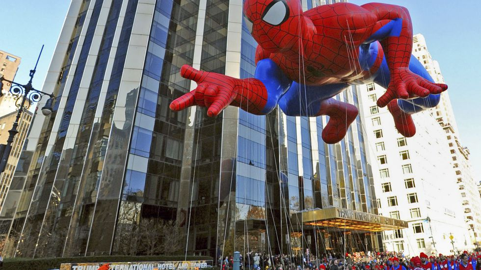 "Ein Ballon in Form des Superhelden ""Spiderman"" schwebt über der Thanksgiving Parade in New York City, New York, USA, am 22 November 2012. Superman, Spiderman oder auch Captain America sind in den USA sehr populär. Jetzt aber legt eine neue US-Studie nahe, dass Kindergartenkinder durch Superheldenfilme aggressiver werden könnten."